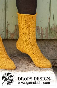 Knitted socks with cables in DROPS Lima. Size 35 to 43 Wool Socks, Knitting Socks, Drops Design, Knitting Patterns Free, Free Knitting, Crochet Slippers, Knit Crochet, Magazine Drops, Jackets