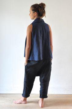 Blouse drapée en lin bleu, sarouel en lin épais gris