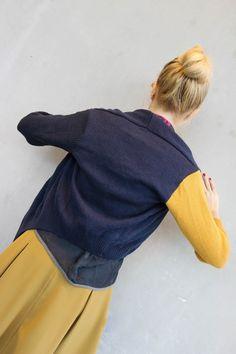 #upcycling #fashion  #strickjake #nachhaltigemode #mode Die Strickjacke ist aus einem Second Hand Pullover und einer Strickjacke der britischen Designern Zandra Rhodes. Die Strickjacke besteht aus einer Baumwolle Polyester Mischung-die genaue Zusammensetzung ist uns leider unbekannt. Durch die eingestrickte Illustration und die asymmetrische Silhouette ist diese Jacke ein besonderes Kleidungsstück.