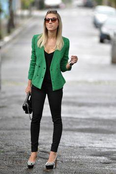 Look black + blazer verde (usando com blusinha branca tb fica show)