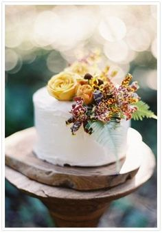 Rustic woodland cake decorate with beautiful flowers that will sure to be perfect for your fall wedding.