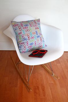 Housse de coussin en portefeuille Pop Couture, Rocking Chair, Home Decor, Sewing Projects, Wallet, Slipcovers, Chair Swing, Decoration Home, Room Decor