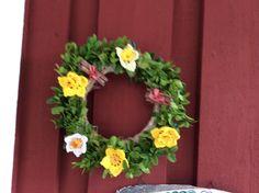 Gammal julgrans blir som ny med buxbom och virkade blommor.