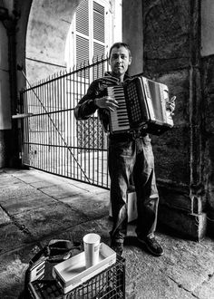Street performer in Torino, Italy - Photo by Adam Allegro