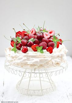 Pavlova inspiration and lots of UH-MAZING food porn.all needs translation… Sweet Recipes, Cake Recipes, Dessert Recipes, Food Cakes, Cupcake Cakes, Pretty Cakes, Let Them Eat Cake, Cake Cookies, Just Desserts