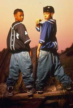 As 'Mac Daddy' Chris Kelly, one half of rap duo Kris Kross, who famously wore their baggy jeans back to front, passes away, look back at the signature style flourishes favoured by celebrities. Hip Hop And R&b, 90s Hip Hop, Hip Hop Rap, Hip Hop Fashion, 90s Fashion, Male Fashion, Jamel Shabazz, Kris Kross, Ropa Hip Hop