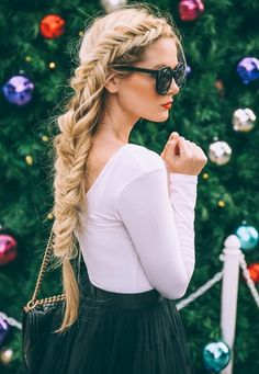 Look classique modernisé avec un haut blanc et une jupe noir évasé. Accessoirisé de lunettes de soleil et d'une coiffure tressée. - Modernized classic look with a white top and black skirt flared . Accessorized with sunglasses and a braided hairstyle.