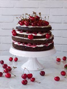 Naked cake de chocolate y calabacín con cerezas