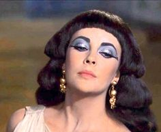 After Caesar's kiss Hollywood Fashion, Hollywood Glamour, Hollywood Stars, Classic Hollywood, Old Hollywood, Elizabeth Taylor Movies, Elizabeth Taylor Cleopatra, Egyptian Queen, Egyptian Goddess