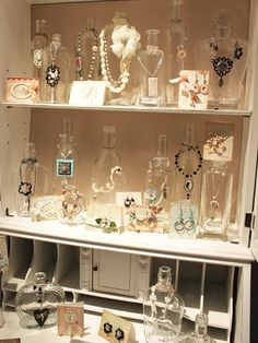Garrafas de vidro para expor biju.