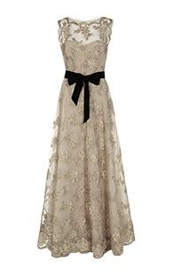 Embroidered tulle gown by Monique Lhuillier - Love it! This is one of the most beautiful gowns ive ever seen! Vestidos Vintage, Vintage Dresses, Vintage Outfits, Vintage Fashion, Vintage Lace, Vintage Style, Vintage Beauty, Vintage Clothing, Antique Lace