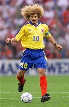 Carlos Valderrama es un jugador de fútbol de Colombia. fútbol es popular en Colombia
