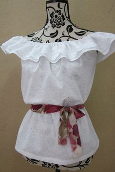 Pattern and instructions for making Blouse Llanera in Spanish but good idea for top of pillowcase dresses! Diy Chemise, Sewing Hacks, Sewing Crafts, Traditional Mexican Dress, Spanish Dress, Mexican Fashion, Mexican Dresses, Easy Sewing Patterns, Pattern Cutting