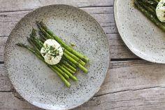 Grønne asparges med pocheret æg og hvidløgssmør
