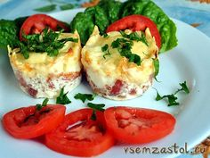 Розеточки из бекона с яйцами, сыром и зеленым луком