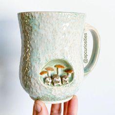 Canecas artesanais que vão deixar seu café mais feliz Ceramic Artists, Ceramic Painting, Cerámica Ideas, Earthy Color Palette, Animal Mugs, The Potter's Wheel, Animal Sculptures, Clay Sculptures, Ceramic Mugs