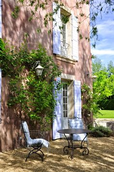 Provence toujours love the colour of the house. French Country Cottage, French Countryside, French Country Style, French Farmhouse, Vintage Country, Country Life, French Patio, Le Thor, Country Patio
