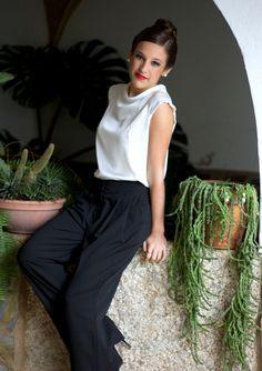 Blusa blanca manga raglán y cuello escote doble con pantalón negro pinzas