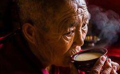 Trà bơ và muối  thức uống phải đi gần 4.000km mới đến nơi giúp người Tây Tạng tồn tại hàng ngàn năm giữa cao nguyên lạnh giá  Dù loại trà bơ quốc hồn quốc túy của người Tây Tạng mang ba tầng hương vị khác nhau khiến ai một lần thưởng thức cũng mê mẩn nhưng có một sự thật bất ngờ là ở Tây Tạng không thể trồng được trà.  Tây Tạng là một vùng đất cao nguyên thanh bình và thiền tịnh nơi người ta có thể sống chan hòa với thiên nhiên ung dung bình thản giữa đất trời mà không cần phải chạy theo sự…