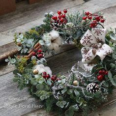 "juju på Instagram: ""今年のXmasリースレッスン・サイズ30㎝ 資材どんどん入荷してきましたが、同時進行でご予約も頂いておりますので残数、わずかになってまいりました。😊 ・もちろん ・初めて様も大歓迎!素敵なリースができますよ🎄 ・ ・今年は基本のリースに実もの ・オーナメント・リボン・グリーン・…"" Christmas Wreaths, Holiday Decor, Flowers, Instagram, Home Decor, Decoration Home, Room Decor, Florals, Flower"