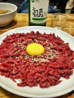 Bom dia~~~ 육회 Yuk-Roe, carne crua temperada com sal e oleo de gergelim.