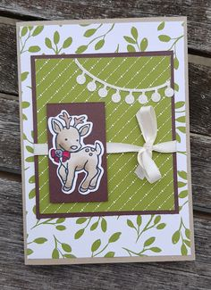 Coucou !!! Une nouvelle carte aujourd'hui avec le set de tampons seasonal chums dont j'adore le petit renne. J'ai colorié le petit renne avec les stampin'blends, nos nouveaux feutres à alcool que j'adore. Le papier utilisé est le papier design jolies fêtes, moi qui suis rarement attiré par le vert, j'ai craqué sur ce papier …