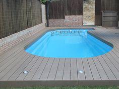 Tarima piscina en madera tecnologica para exterior. La madera piscinas permite adaptarse a contornos redondeados con tapas de terminación flexibles. www.neoture.es/productos/tarimas/neomeck/