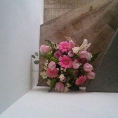 Comparte tus momentos #condeduquegente con nosotros. @flordelola2014  #detalle que alegra el #dia. #centrofloresfrescas #tulipanes y #gerberas.#blancoyrosa. Para #carolina. #floristeriasmadrid #condeduquegente #flordelola #instapic #pinkandwhite #flowers #freshflowers #spring by condeduquegente