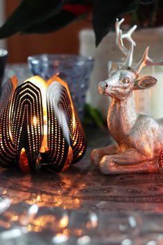 SisustusUnelmia: Kauniit tuikkuastiat http://www.beandliv.com/products/blossom-tealight-candle-holder-black #beandliv #candleholder #designfromfinland