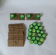A great craft with bottle caps to learn addition problemsZbrajanje do number comes before and aUse Post-it Super Sticky Notes to play this awesome and easy math game. Kids Learning Activities, Montessori Activities, Preschool Learning, Kindergarten Math, Preschool Activities, Teaching Aids, Teaching Math, Early Math, Math Numbers