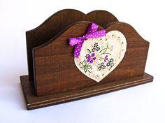 porta lettere/tovaglioli in legno con applicazione in stoffa ricamata