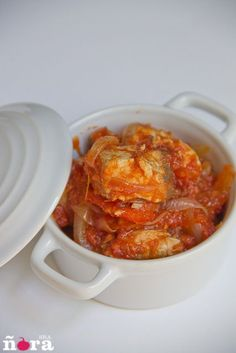 Un buen bonito, cebollas y tomate son suficientes para elaborar esta rica receta; eso si preparar un buen pan para untar en la salsa. Ingredientes un bonito de 1 k aproximadamente 3 cebollas blan...