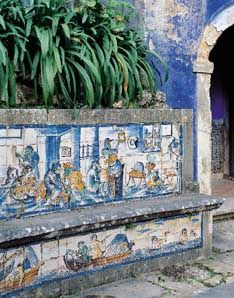 Azulejos - A diversidade da figuração -   «Macacaria», Palácio Fronteira, Lisboa, terceiro quartel do século xvii. foto: Nicolas Lemonnier. - A Nobreza era o encomendante do azulejo profano, que destinava à decoração dos novos espaços palacianos que construiu em Lisboa e no campo após a Restauração da Independência de Portugal da coroa espanhola em 1640.
