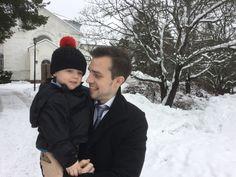 Herra Taito Tahvanainen saapuu isänsä kanssa.