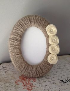 Items similar to Yarn Wrapped Picture Frame / Photo Frame / Modern Decor / Cottage Decor / Felt Flowers on Etsy Jute Crafts, Diy Home Crafts, Felt Crafts, Handmade Crafts, Cadre Photo Diy, Marco Diy, Photo Frame Crafts, Photo Frame Ideas, Diy Frame
