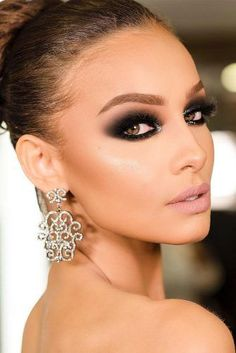 Cute Smokey Eye Makeup Ideas As when you put on natural makeup, makeup artists advise to apply a primer on clean eyelids at the beginning. A primer ensures that the shadow will last for a long time.