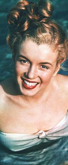 1946: Marilyn Monroe – Norma Jeane – modelling in the swimming pool …. #marilynmonroe #pinup #monroe #marilyn #normajeane #iconic #sexsymbol #hollywoodlegend #hollywoodactress #1940s