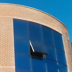 Ένα πρωτοποριακό Σύστημα Αλουμινίου, κατάλληλο για την κατασκευή Γυάλινων Προσόψεων σε μοντέρνα κτίρια χάρη στη μοναδική τεχνική στήριξης των πλαισίων στο σκελετό αλουμινίου. Καλύπτει τρεις τύπους κατασκευής: Structural συμβατικό, Semi Structural, και Structural Glazing. 6853033