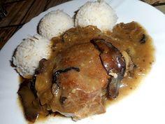 Vepřová večeně na houbách -  Maso si nakrájíme na silné plátky, osolíme a opepříme. V pekáčku na oleji si orestujeme nakrájenou cibuli, přidáme maso a opečeme z obou st..
