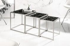 Dizajnová sada stolíkov zo skla a kovu.