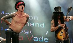 Scott Weiland and Slash of Velvet Revolver in 2005 Van Halen 1, Velvet Revolver, Scott Weiland, Stone Temple Pilots, Free Concerts, Best Guitarist, Song Quotes, Music Stuff, Rock N Roll