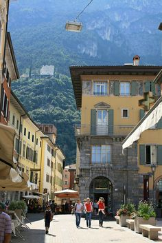 Low Cost Insurance Plan For The Welfare Of Your Loved Ones Riva Del Garda, Gardameer, Most Beautiful Beaches, Beautiful Places, Travel Around The World, Around The Worlds, Lake Garda Italy, Riva Del Garda, Italian Lakes, Italy Holidays, Voyage Europe