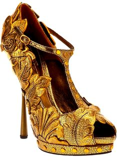 Alexander McQueen......not really sure what I think of this.....kinda makes me go hmmmm..............??????