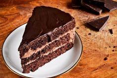 La torta al cioccolato con crema al mascarpone e Nutella è un dolce ricco, gustoso e davvero golosissimo, da preparare per occasioni speciali o feste. Ecco la ricetta