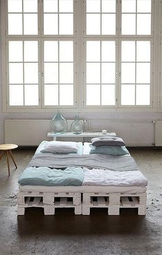 This list of 20 DIY Pallet Bed Frame Ideas involves building custom DIY bed frame designs with disassembled wooden pallets. Pallet Bedframe, Diy Pallet Bed, Wooden Pallet Furniture, Wooden Pallets, Pallett Bed, Pallet Ideas Bedroom, Industrial Furniture, Industrial Style, Pallet Futon