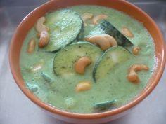 Rebanadas de pepino marinadas en yogurt, ajo y especias con nueces de la India