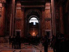 """Interior de la Basílica de San Pedro, al fondo """"La Piedad"""" de Miguel Ángel."""