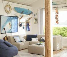 étagères de rangement en planche de surf pour le coin de détente avec un canapé rembourré