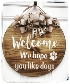 These Pet Door Hangers are perfect for the animal lover in your life! Diy Wooden Projects, Wooden Diy, Wood Crafts, Fun Crafts, Craft Projects, Coffee Table Design, Diy Laser Cutter, Circle Crafts, Wooden Wreaths