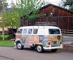 AUT 22 06 - 1965 Volkswagen Kombi Hippie Bus Rear View On Pavement By Barn - Kimballstock Transporteur Volkswagen, Volkswagen Transporter, Vw T1, Volkswagon Van, Kombi Hippie, Hippie Car, Carros Vw, Combi T2, Van Vw